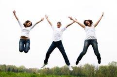 Salto feliz dos amigos fotografia de stock