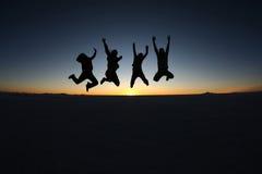 Salto feliz dos amigos exterior Fotografia de Stock Royalty Free