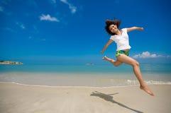 Salto feliz en la playa Foto de archivo libre de regalías