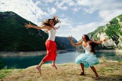 Salto feliz loco en montañas fotografía de archivo