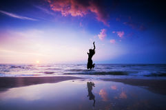 Salto feliz que salta en la playa imágenes de archivo libres de regalías