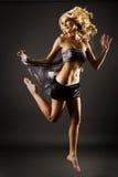 Salto femenino rubio magnífico Imagen de archivo libre de regalías