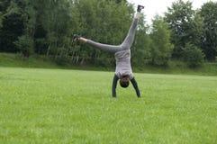 Salto flexible de la muchacha Fotografía de archivo