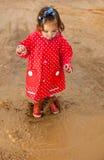 Salto hacia arriba y hacia abajo en charcos fangosos Imagen de archivo
