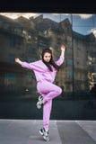 Salto hermoso atractivo de la mosca de la muchacha del inconformista del adolescente de la moda de los jóvenes cerca del fondo ur Imagen de archivo libre de regalías