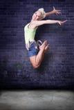 Salto hermoso de la muchacha del hip-hop Fotos de archivo