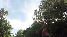 Salto hermoso del hombre en piscina almacen de video