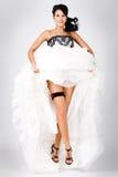 Salto hermoso joven emocionado de la novia foto de archivo libre de regalías
