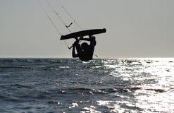 Salto inverso di Kiteboarder Fotografie Stock