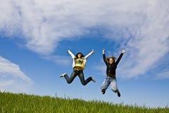 Salto joven de los amigos Imagen de archivo libre de regalías