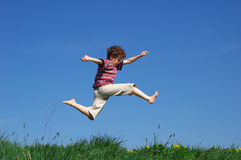 Salto joven del muchacho Imagenes de archivo