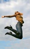 Salto juguetón de la mujer foto de archivo