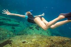Salto libre de la mujer Fotos de archivo
