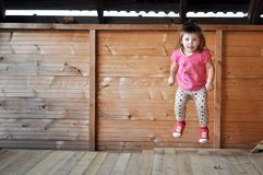 Salto lindo de la niña Foto de archivo