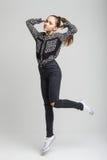 Salto lindo joven de la muchacha Foto de archivo libre de regalías