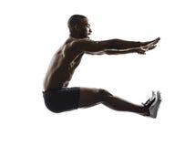 Salto longo da construção muscular africana nova   silhueta do homem fotos de stock