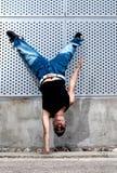 Salto masculino joven de la cadera del bailarín que baila escena urbana Fotos de archivo