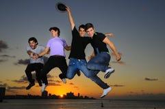 Salto masculino joven feliz del grupo de la alegría Fotos de archivo