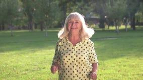 Salto mayor de la mujer almacen de metraje de vídeo