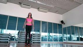 Salto moreno bonito em sapatas do kangoo no gym video estoque