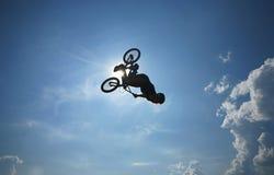 Salto mortal hacia atrás en el cielo Fotografía de archivo libre de regalías