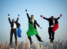 Salto Multi-étnico dos homens de negócios do super-herói Imagem de Stock