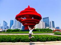 Salto na frente da escultura do vento de maio Imagem de Stock Royalty Free