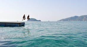 Salto no mar do pontão foto de stock royalty free