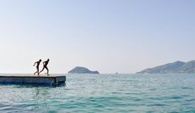 Salto no mar do pontão fotografia de stock