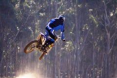 Salto oblicuo de Moto x foto de archivo