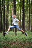Salto para la alegría en el parque Imagen de archivo libre de regalías