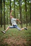 Salto para la alegría en el parque Fotografía de archivo