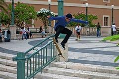 Salto que hace patinador adolescente Foto de archivo libre de regalías
