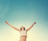 Salto rubio de la muchacha del adolescente feliz con el azul Fotografía de archivo