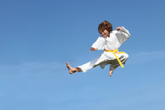 Salto sano del cabrito del karate del ajuste Imagenes de archivo