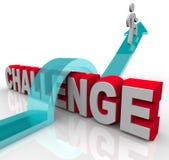 Salto sobre un desafío para alcanzar éxito Foto de archivo