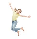Salto sonriente de la niña fotografía de archivo libre de regalías