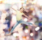 Salto sorridente della bambina Fotografie Stock Libere da Diritti