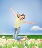 Salto sorridente della bambina Fotografia Stock