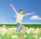 Salto sorridente della bambina Immagine Stock Libera da Diritti