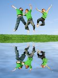 Salto sorridente felice dei bambini Fotografia Stock