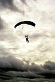 Salto in tandem nuvoloso Fotografia Stock Libera da Diritti