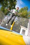 Salto teenager sul trampolino fotografie stock
