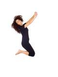 Salto trigueno feliz de la mujer Foto de archivo