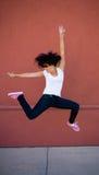 Salto trigueno joven hermoso de la muchacha del bailarín Imagenes de archivo