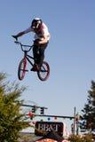 Salto verticale del barspin di BMX Fotografie Stock