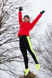 Salto vestindo do sportswear da mulher imagem de stock