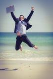 Salto vestindo do terno do homem de negócios entusiasmado Imagens de Stock Royalty Free