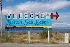 Salton havsstrand, CA - välkommet tecken till den Salton havsstranden, en liten stad som in lokaliseras på kusterna av det Salton royaltyfria foton
