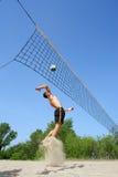 Saltos adolescentes en voleibol de la playa Foto de archivo